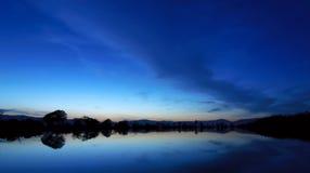 Härlig vårnatt på dammet Arkivfoto