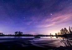 Härlig vårnatt på flodstranden Arkivbilder