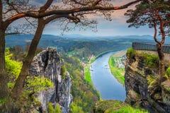 Härlig vårpanorama med Elbe River, Bastei, anglosaxare Schweiz, Tyskland royaltyfri bild