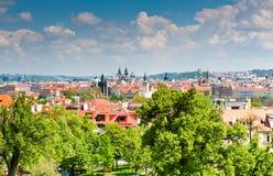 Härlig vårsikt från den Petrin kullen, Prague Arkivbild