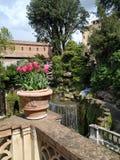 HÄRLIG vårträdgård av den berömda italienska slotten arkivbild
