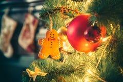 Härlig vardagsrum för nytt år med den dekorerade julgranen Arkivbilder