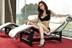 härlig vardagsrum för stolsflickaglamour Royaltyfria Bilder