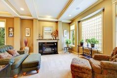 Härlig vardagsrum med det stora fönstret, spis och klippt Royaltyfri Fotografi