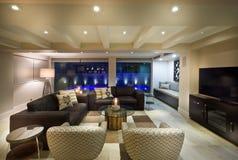 Härlig vardagsrum med en tvuppsättning Arkivbilder