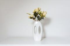 Härlig vas och konstgjorda blommor arkivfoton