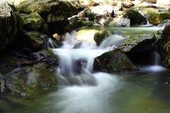 härlig vattenfall Arkivfoto