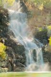 Härlig vattenfall av den Loutraki staden i Grekland En berömd touristic destination Arkivbilder