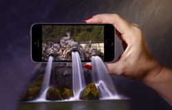 härlig vattenfall 3D på smartphonen 3D poppar ut effekt Royaltyfria Bilder