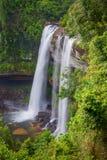 Härlig vattenfall för djup skog på Huai Luang Arkivbilder