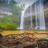 Härlig vattenfall för djup skog på Huai Luang Waterfall Arkivfoto