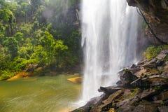 Härlig vattenfall för djup skog på Huai Luang Waterfall Arkivbilder