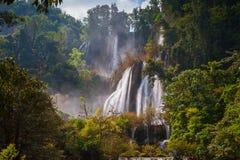 Härlig vattenfall för djup skog på Thi Lo Su Arkivfoto