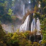 Härlig vattenfall för djup skog på Thi Lo Su Royaltyfri Fotografi