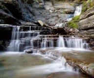 Härlig vattenfall för lång exponering arkivfoton
