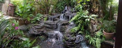 Härlig vattenfall från den mänskliga Bambu stekhuset Royaltyfri Foto
