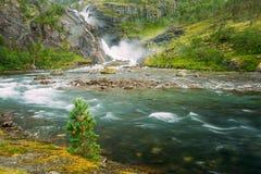 Härlig vattenfall i dalen av vattenfall i Norge Royaltyfri Bild