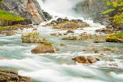 Härlig vattenfall i dalen av vattenfall i Norge Royaltyfri Foto
