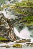 Härlig vattenfall i dalen av vattenfall i Norge Hused Arkivfoto