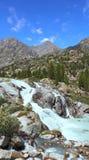 Härlig vattenfall i de Altai bergen royaltyfria bilder