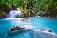 Härlig vattenfall i djup skog på den Erawan vattenfallnationalparken, Kanchanaburi, royaltyfria foton