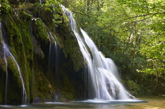 Härlig vattenfall i Frankrike på härlig sommardag Arkivbilder