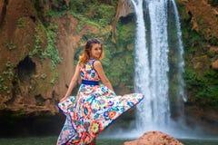 Härlig vattenfall i Marocko Dra tillbaka av kvinna i den härliga klänningnedgången Ouzoud Exotisk natur av Nordafrika, royaltyfria bilder