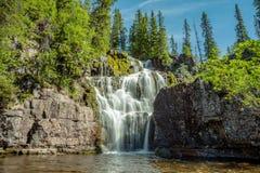 Härlig vattenfall i nordliga Sverige arkivbild