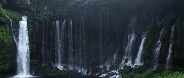 Härlig vattenfall i rainforestberg royaltyfria foton