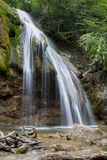 Härlig vattenfall i slutet för skogvattenfallberg upp arkivbilder