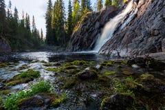 Härlig vattenfall med stenar på förgrund Royaltyfri Foto