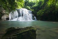 Härlig vattenfall, minimum vattenfall för Huay maeKa i Thailand Arkivbilder