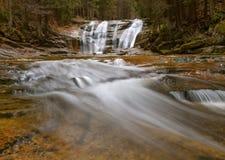 Härlig vattenfall Mumlav i höstskogen Harrachov i Tjeckien Fotografering för Bildbyråer