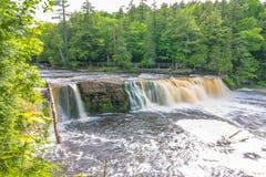 Härlig vattenfall på delstatsparken för ett piggsvinbergvildmark i övrehalvön av Michigan - slät stillsam flödande wate royaltyfri bild