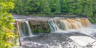 Härlig vattenfall på delstatsparken för ett piggsvinbergvildmark i övrehalvön av Michigan - slät stillsam flödande wate arkivbilder