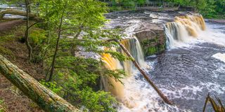 Härlig vattenfall på delstatsparken för ett piggsvinbergvildmark i övrehalvön av Michigan - slät stillsam flödande wate royaltyfria foton