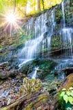 Härlig vattenfall på soluppgång Arkivbilder