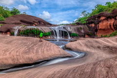 Härlig vattenfallgrotta i Bungkan Royaltyfri Foto