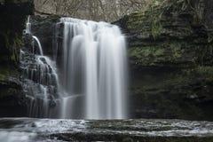 Härlig vattenfalllandskapbild i skog under Autumn Fall royaltyfria bilder