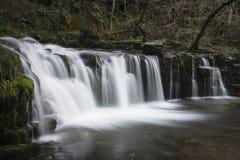 Härlig vattenfalllandskapbild i skog under Autumn Fall arkivbild