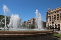 Härlig vattenspringbrunn i stadens centrum Barcelona Royaltyfria Bilder