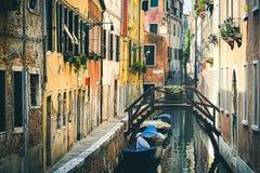 Härlig venetian kanal i sommardag, Italien royaltyfri bild