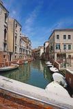 Härlig venetian kanalgata - Venedig, Italien arkivbild