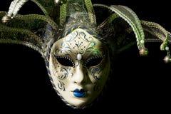Härlig venezian souvenirmaskering med klirr på svart Arkivbilder