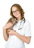 Härlig veterinär med valpsharpeihunden. se kameran Royaltyfria Bilder