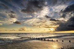 Härlig vibrerande seascape på solnedgångbilden med dramatisk himmel och arkivfoton