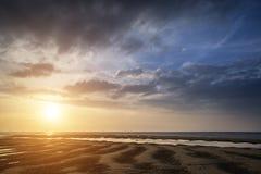 Härlig vibrerande sommarsolnedgång över guld- strandlandskap Royaltyfri Bild