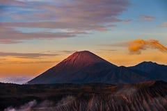 Härlig vibrerande Sumeru vulkan på soluppgång, Tengger Semeru Natio Arkivbilder