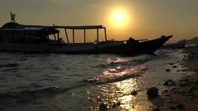 Härlig video av solnedgången på stranden med den förankrade yachten i avståndet, welters för nöjefartyg nära kust mot stock video
