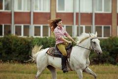 härlig vinter för flickahästliggande Fotografering för Bildbyråer